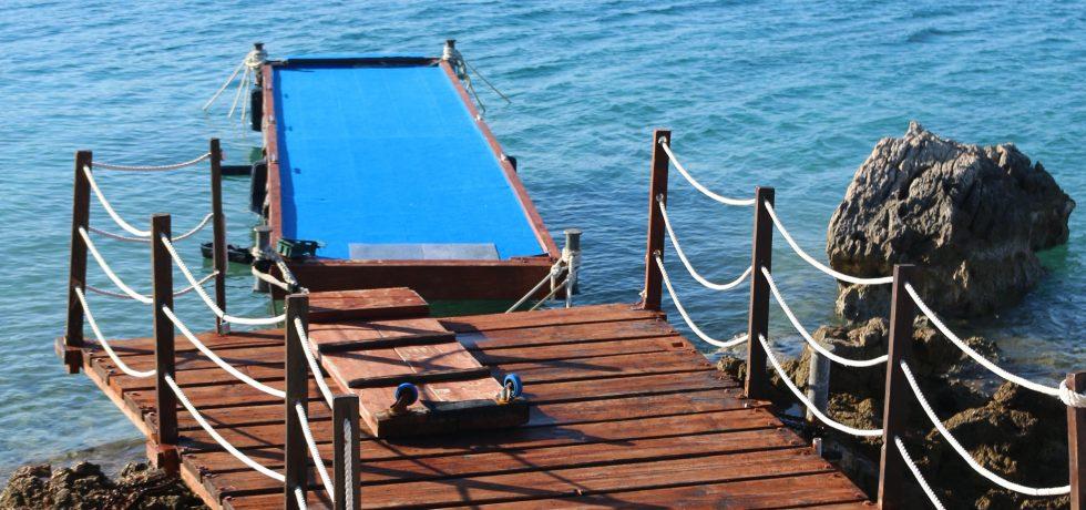 Badesteg mit Zugang zu den Jet-Skis