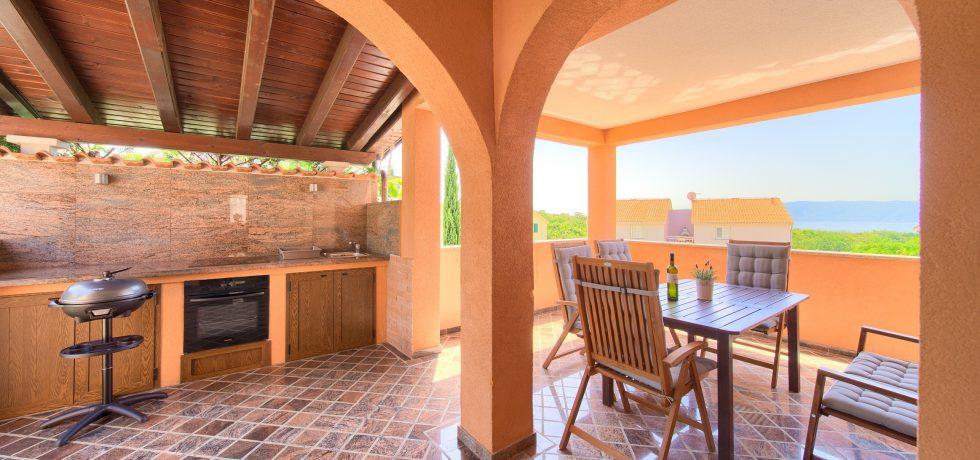 Terrasse mit Außenküche und Meerblick